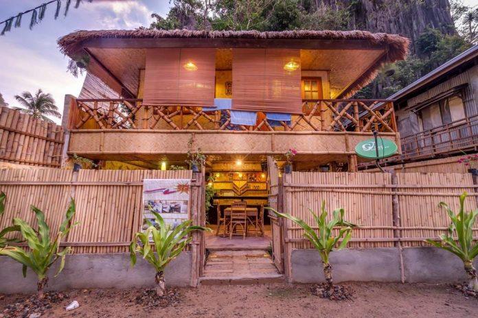 บ้านไม้ไผ่ ตกแต่งผนังฝ้าเพดานด้วยงานไม้ไผ่สานทั้งหลัง หลังคาบ้านมุงด้วยหญ้าแห้งวัสดุจากธรรมชาติ