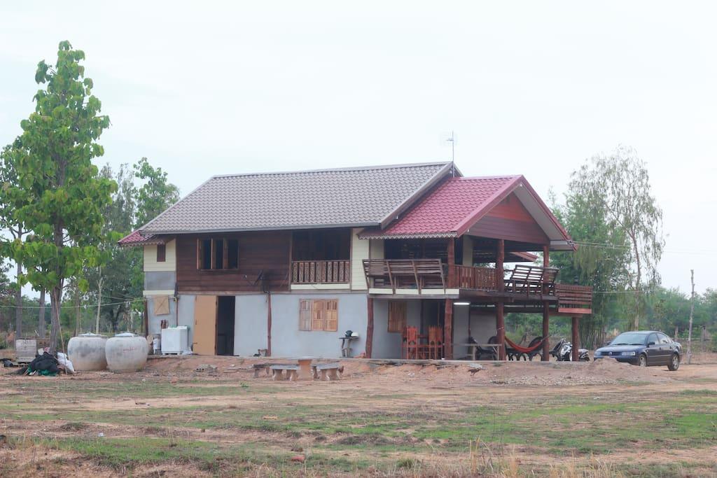บ้านครึ่งปูนครึ่งไม้สองชั้น ระเบียงกว้าง บรรยากาศอบอุ่นแบบไทย ๆ