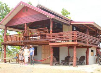 บ้านครึ่งปูนครึ่งไม้สองชั้น ระเบียงกว้าง อบอุ่นแบบไทย ๆ