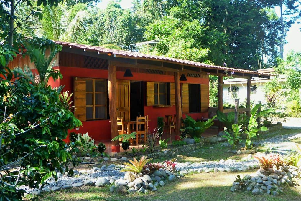 บ้านชั้นเดียวหลังเล็ก ๆ มีชายคาหน้าบ้าน ผสมผสานงานปูนและงานไม้