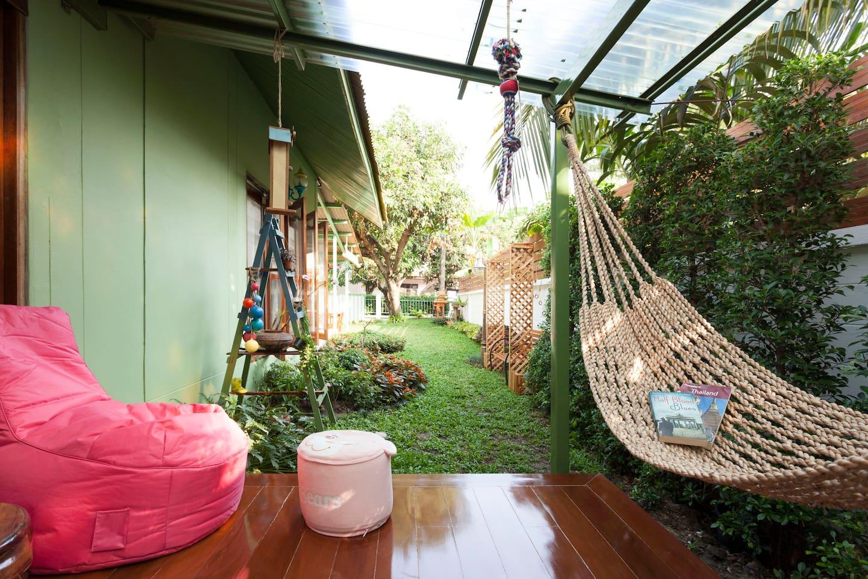 ไอเดียสร้างบ้านสวย อบอุ่น น่าอยู่ มีเฉลียงหน้าบ้าน ตั้งบนพื้นที่ดินแคบ-ลึก