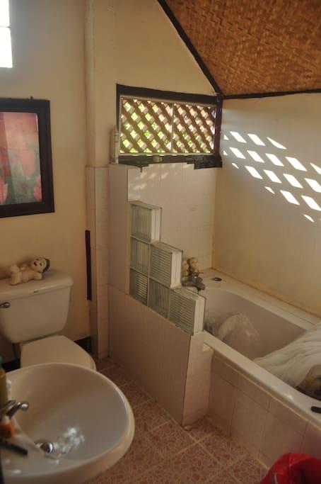 บ้านหลังเล็ก อบอุ่นตามวิถีชนบทแบบไทย มีห้องอาบน้ำกลางแจ้ง