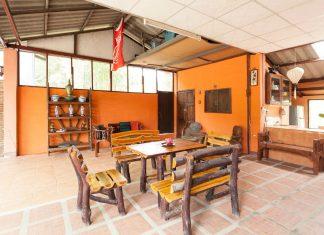 บ้านชั้นเดียวธรรมดาเรียบง่าย ห้องนั่งเล่นโปร่งโล่ง ครัวไทยเต็มรูปแบบ