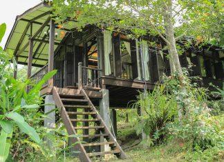 บ้านไม้ยกพื้นสูง แบบเรือนไม้โบราณ มีหน้าต่างรอบทิศทาง