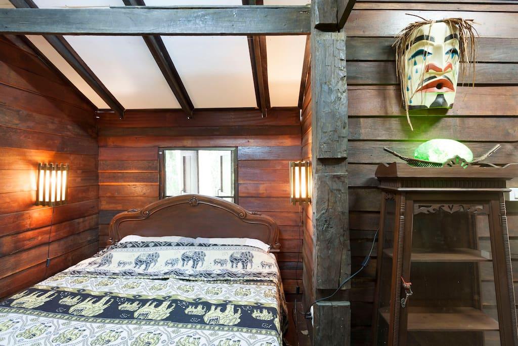 บ้านสองชั้นครึ่งปูนครึ่งไม้ มีเสน่ห์แบบไทย ๆ สวยงามด้วยงานไม้เก่า