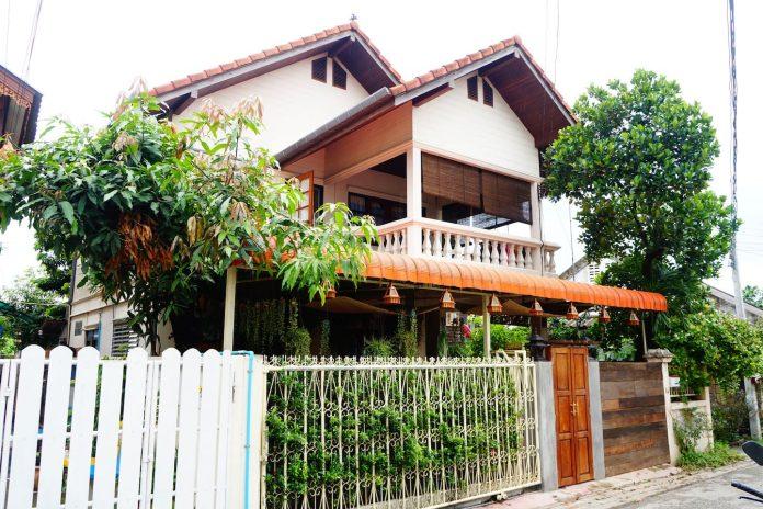 แบบบ้านครอบครัวสองชั้น ตกแต่งสวนในร่ม และห้องภายในได้สวยงาม