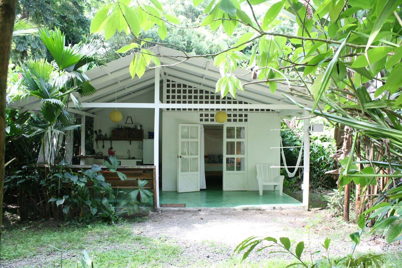 บ้านหลังเล็ก ทำครัวไว้หน้าบ้าน อยู่ในบรรยากาศสวนทรอปิคอล สงบ ร่มรื่น
