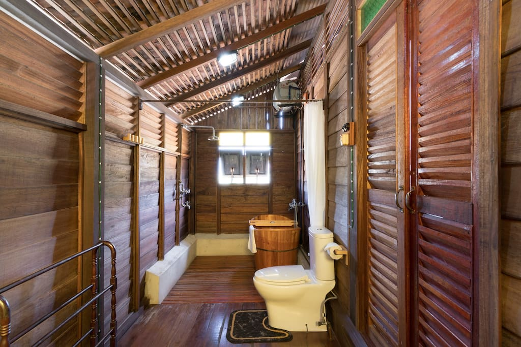 รีสอร์ทไม้ยกพื้น มีระเบียงชมวิวด้านหน้า คงเอกลักษณ์บ้านไม้เก่าโบราณ