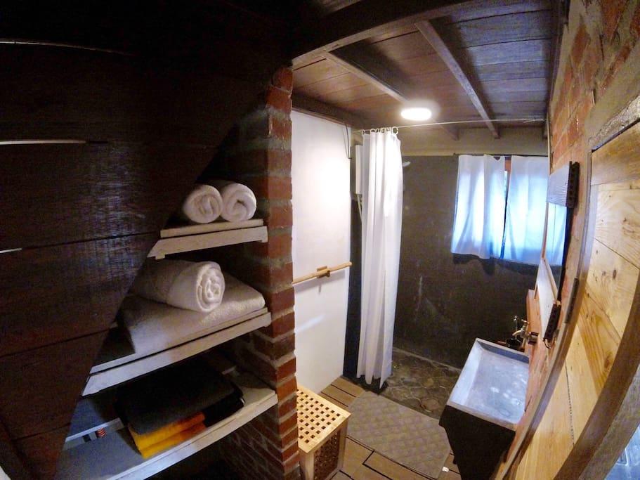 บ้านหลังเล็กชั้นครึ่ง มีห้องนอนใต้หลังคา ทำผนังอิฐบล็อกเปลือยสีแดง