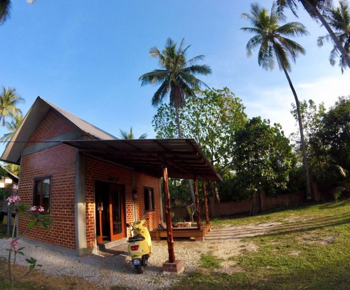 บ้านหลังเล็กชั้นครึ่ง ผนังอิฐบล็อกเปลือยสีแดง