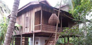 บ้านไม้ยกพื้นสูง แบบโบราณดั้งเดิม บรรยากาศอบอุ่นเรียบง่าย เหมาะกับวิถีชีวิตต่างจังหวัด