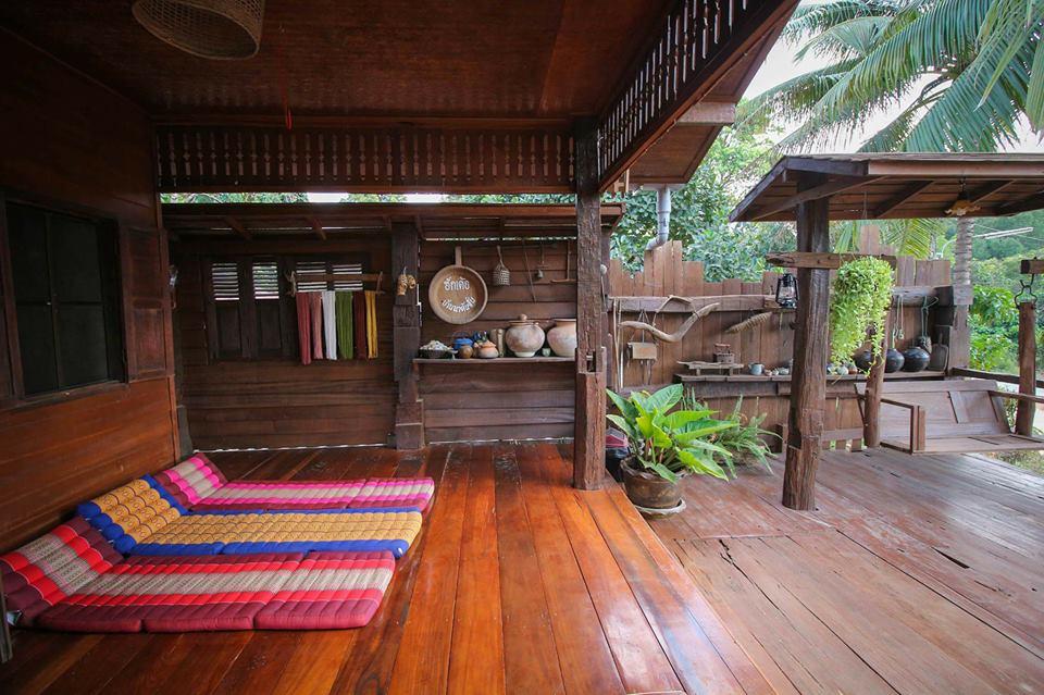 บ้านไม้ยกพื้นไทย สไตล์โบราณดั้งเดิม มีชานเรือนและชานระเบียงกว้าง พร้อมชิงช้าไม้นั่งเล่นพักผ่อน