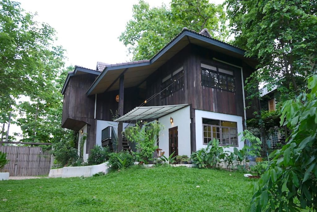 บ้านครึ่งปูนครึ่งไม้คลาสสิค สไตล์ไทยล้านนา ในบรรยากาศสวนร่มรื่น