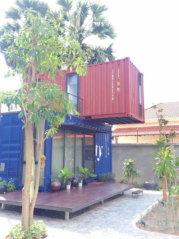 บ้านตู้คอนเทนเนอร์ 2 ชั้น ซ้อนกัน ตกแต่งภายในแบบโมเดิร์นในพื้นที่เล็ก ๆ และจำกัด ต่อเติมชานไม้ชั้นล่างและระเบียงชั้นบนเป็นที่นั่งเล่นพักผ่อน