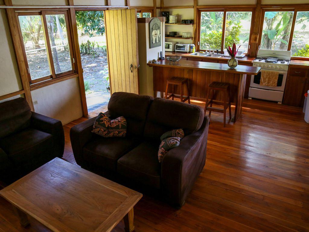 บ้านไม้สักยกพื้น มีระเบียงหน้าไว้นั่งเล่นพักผ่อน เหมาะกับการปลูกสร้างบ้านไว้ในสวน