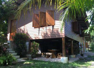 บ้านไม้สักสไตล์ไทย กึ่งไม้กึ่งปูน ยกพื้นด้านหน้า