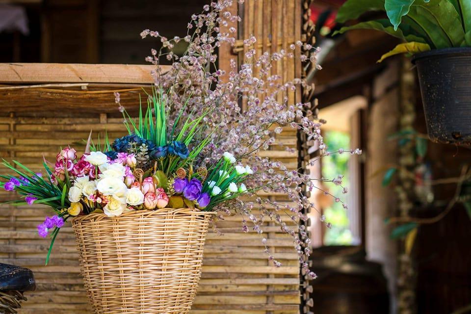 บ้านไม้ยกพื้นสูง แบบไทยโบราณ ล้อมรอบด้วยบรรยากาศธรรมชาติ มีชานเรือน ชานระเบียง