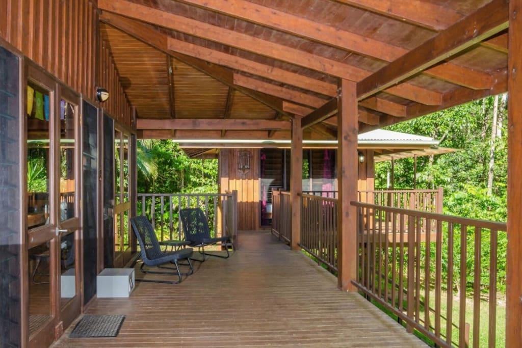 บ้านไม้ยกพื้น ECO กลางป่าธรรมชาติ มีแผงโซลาร์เซลล์ติดหลังคาและถังเก็บน้ำฝนไว้ใช้ในบ้าน