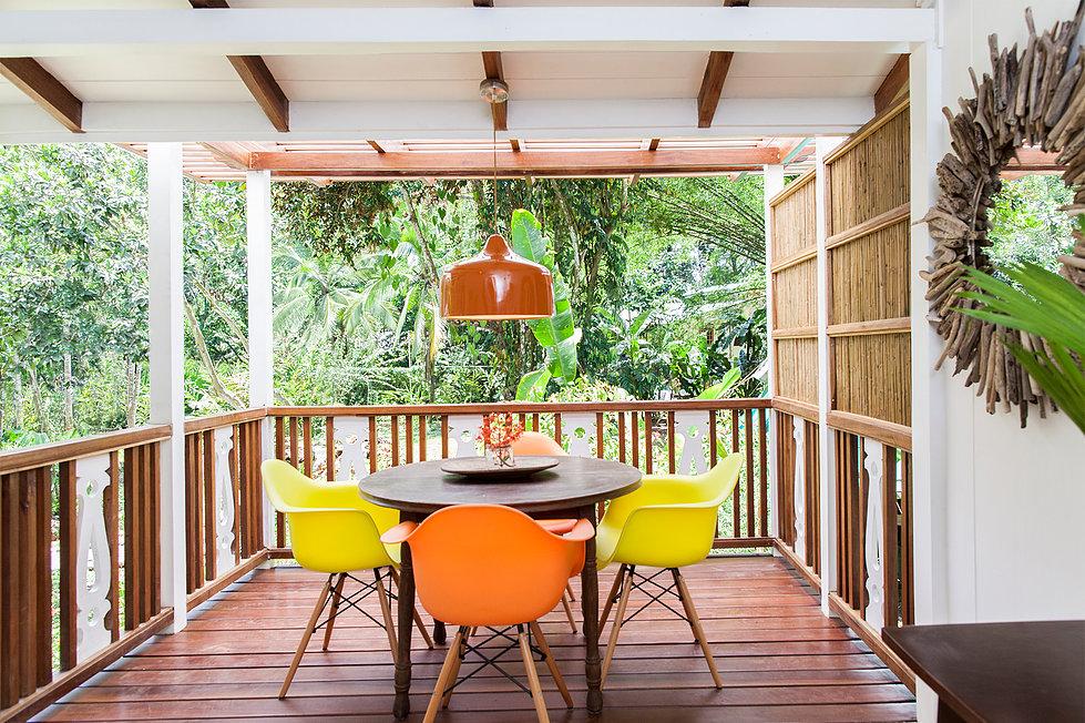 บ้านไม้ยกพื้นสไตล์วิกตอเรีย ในสวนป่าทรอปิคอลธรรมชาติที่สวยงาม