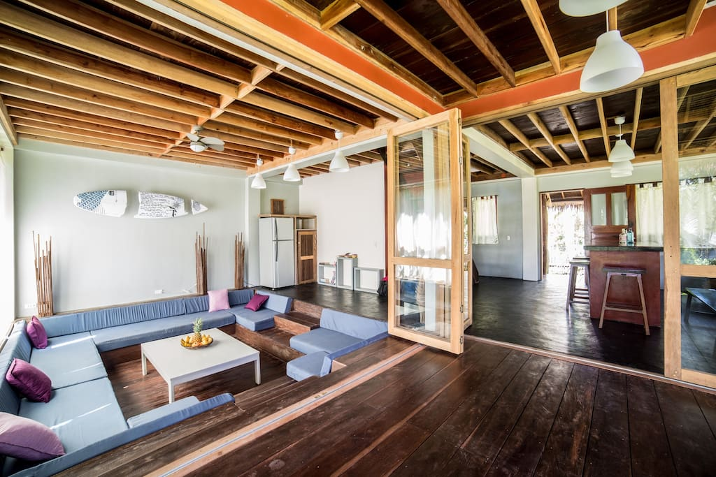 บ้านไม้ ECO เปิดโล่งเพดานสูง มีพื้นที่นั่งเล่นกว้าง ชั้นบนเป็นชั้นลอยใต้หลังคา
