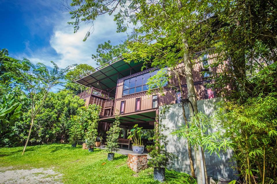 บ้านตู้คอนเทนเนอร์ยกพื้นสูงหลังใหญ่ ล้อมรอบด้วยบรรยากาศธรรมชาติสวยงาม