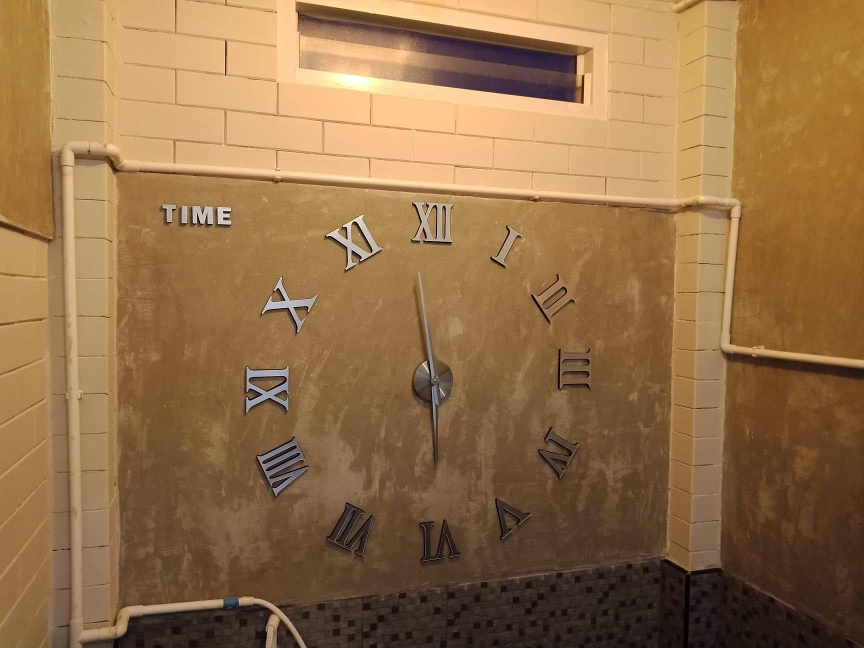 ห้องน้ำสไตล์โมเดิร์น อิฐประสาน+ผนังปูนเปลือย สวยงาม มีนาฬิกาเลขโรมันประดับตกแต่งผนังเก๋ ๆ