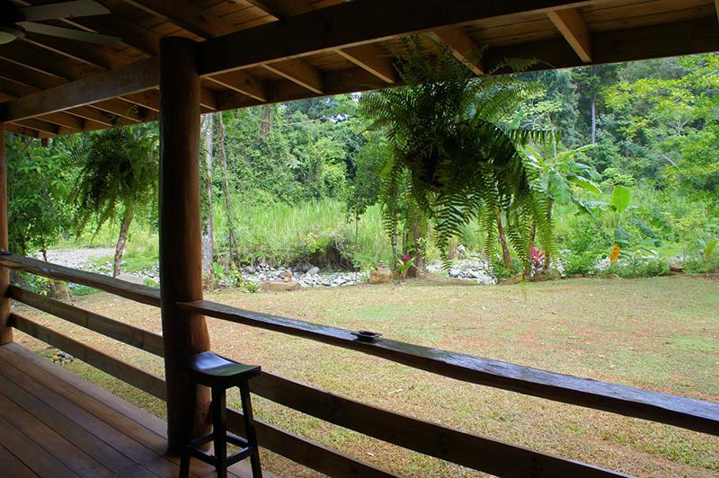 บ้านยกพื้นสไตล์คอทเทจ มีระเบียงไม้ชมวิวสวน โปร่งโล่งอากาศไหลเวียนได้ดี