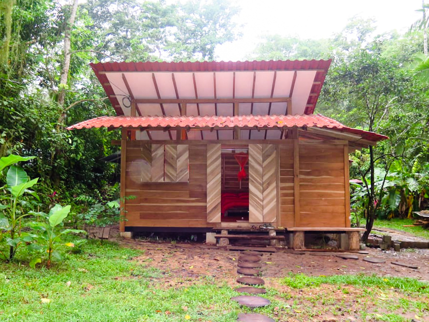 บ้านไม้ยกพื้นสไตล์กระท่อมหลังเล็ก ๆ หรือบ้านสไตล์คอทเทจ เรียบง่าย ล้อมรอบด้วยสวนและธรรมชาติสีเขียว