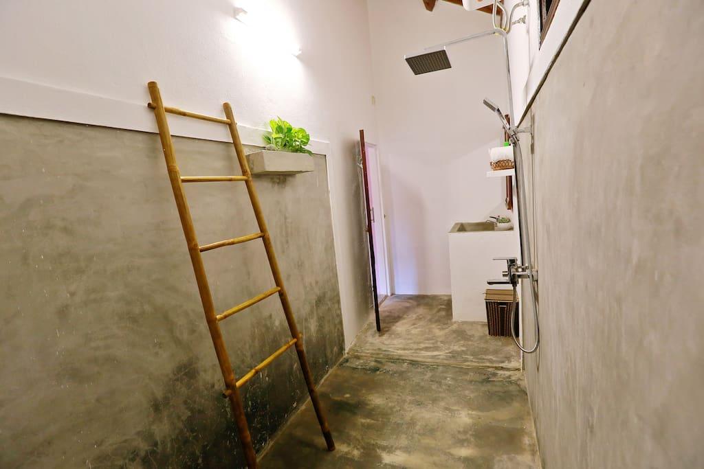 ห้องน้ำพื้นปูนเปลือย