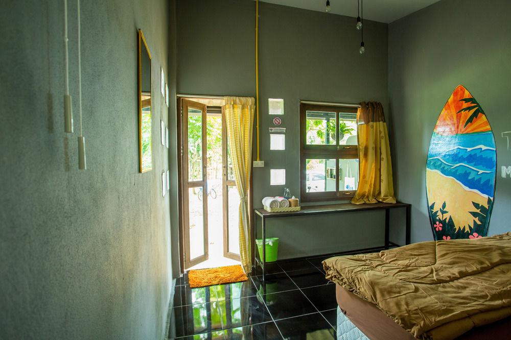 ไอเดียสร้างบ้าน รีสอร์ท ทรงโมเดิร์นหลังเล็ก แนวชิค ๆ ผนังปูนเปลือย ไม้เก่า รูปอาร์ต