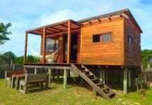 บ้านไม้ยกพื้นหลังเล็ก ทรงโมเดิร์น บรรยากาศบ้านอบอุ่นและโรแมนติก เรียบง่าย