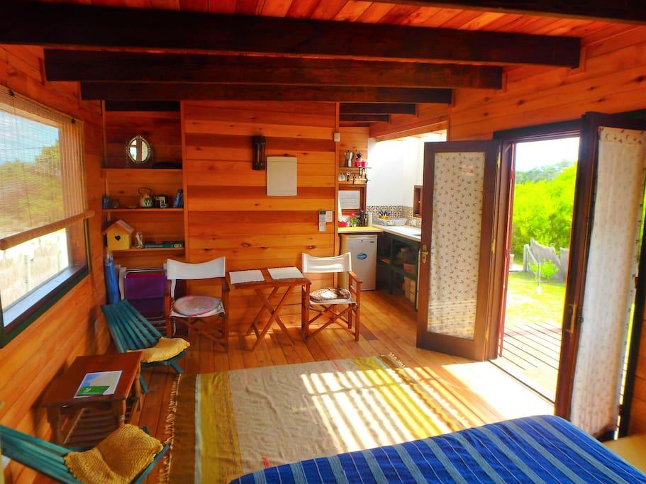 Pequeña casa moderna con ambiente cálido y romántico.