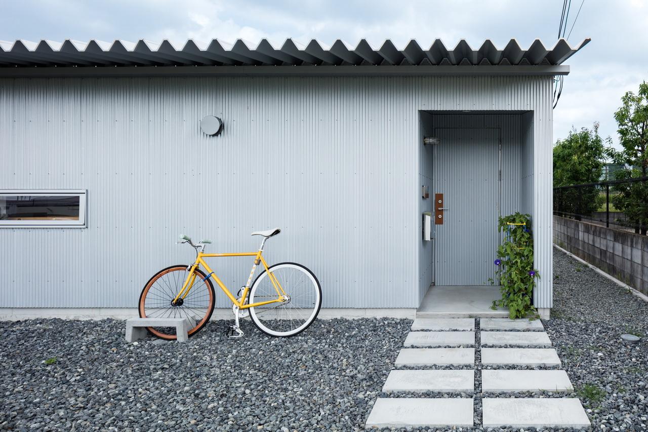 บ้านโมเดิร์นรูปตัว U มีวิวทุ่งนาและธรรมชาติสีเขียวสวยงาม