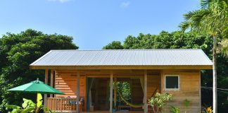 บ้านไม้หลังเล็ก อบอุ่นน่ารัก สไตล์บังกะโลเรียบง่าย มีระเบียงพักผ่อนด้านหน้ากว้าง
